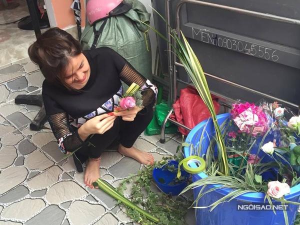 Kỳ Hân cũng tham gia phần chuẩn bị hoa trang trí cho đám hỏi của cô.