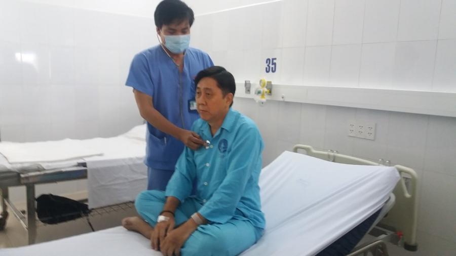 Bác sĩ Hà Sơn Bình khám cho bệnh nhân Ong Tah Fatt trước lúc xuất viện