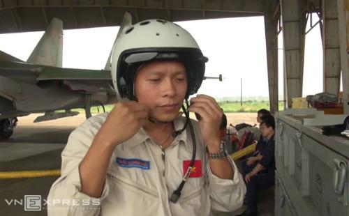 Phi công Trần Quang Khải (43 tuổi) trong một lần huấn luyện với Su-30 năm 2013. Anh được tin tưởng là người dày dạn kinh nghiệm bay, có khả năng xử lý các tình huống phức tạp. Anh là một trong hai người có mặt trên chiếc Su biến mất khỏi màn hình radar sáng nay. Ảnh: Thanh Tùng.