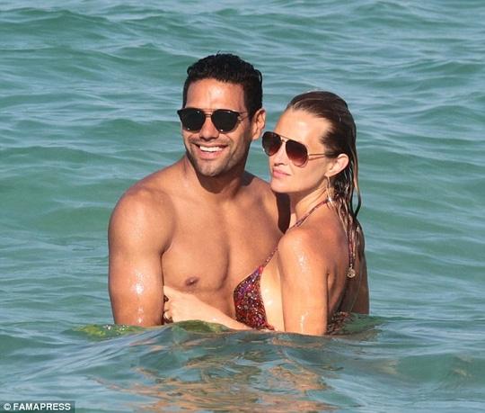 Tạm quên bóng đá, Falcao du hí với vợ xinh
