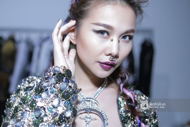 Thanh Hằng táo bạo khoe vòng 1 siêu gợi cảm, Lý Quí Khánh ma quái với tóc hồng - Ảnh 5.