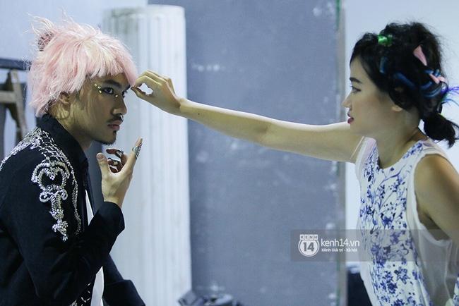 Thanh Hằng táo bạo khoe vòng 1 siêu gợi cảm, Lý Quí Khánh ma quái với tóc hồng - Ảnh 8.