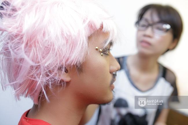 Thanh Hằng táo bạo khoe vòng 1 siêu gợi cảm, Lý Quí Khánh ma quái với tóc hồng - Ảnh 11.