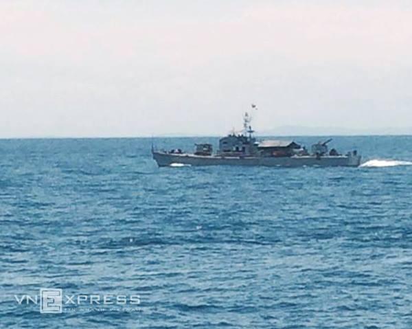 Tàu của Hải đội 137, vùng 1 Hải Quân làm nhiệm vụ tìm kiếm trên khu vực khu vực cách đảo Hòn Mắt (thị xã Cửa Lò, Nghệ An) khoảng 5 hải lý.