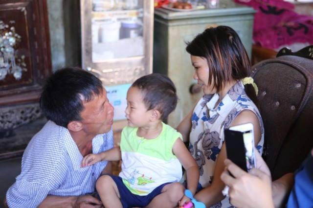 Các thành viên trong gia đình vui sướng khi đón cháu Đ. từ Hà Nội về quê. Ảnh C.T