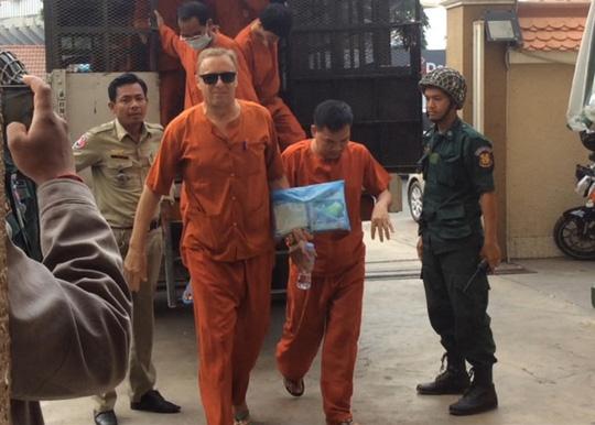 Ông Naswall (đeo kính) bị kết án 10 năm tù giam. Ảnh: KHMER440