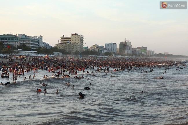 Chùm ảnh: Nhìn cảnh tượng biển Sầm Sơn kín đặc là biết nắng nóng khủng khiếp thế nào! - Ảnh 1.