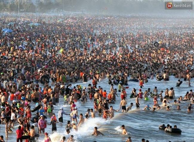 Chùm ảnh: Nhìn cảnh tượng biển Sầm Sơn kín đặc là biết nắng nóng khủng khiếp thế nào! - Ảnh 2.