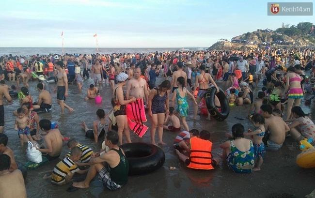 Chùm ảnh: Nhìn cảnh tượng biển Sầm Sơn kín đặc là biết nắng nóng khủng khiếp thế nào! - Ảnh 4.