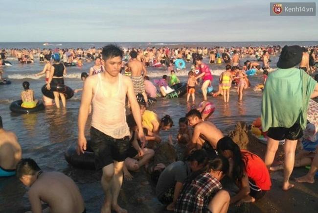 Chùm ảnh: Nhìn cảnh tượng biển Sầm Sơn kín đặc là biết nắng nóng khủng khiếp thế nào! - Ảnh 6.