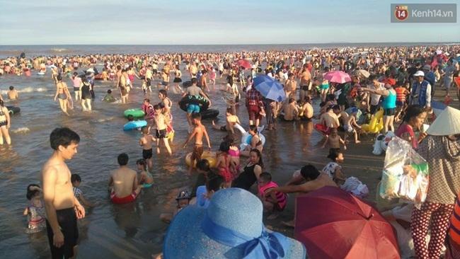 Chùm ảnh: Nhìn cảnh tượng biển Sầm Sơn kín đặc là biết nắng nóng khủng khiếp thế nào! - Ảnh 8.