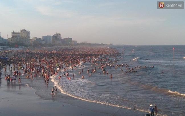 Chùm ảnh: Nhìn cảnh tượng biển Sầm Sơn kín đặc là biết nắng nóng khủng khiếp thế nào! - Ảnh 10.