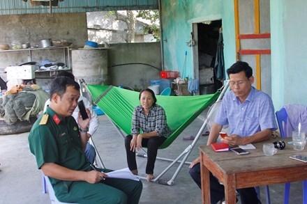 Lực lượng chức năng có mặt tại nhà anh Phạm Văn Lệ để nắm thông tin.