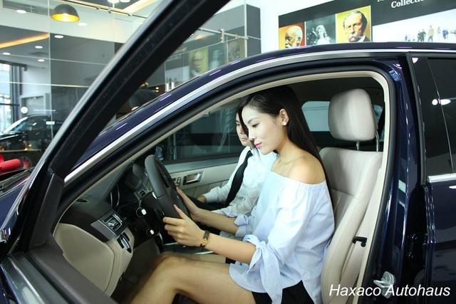Hoa hậu Việt Nam 2014 khá thích thú với chiếc sedan mình mới tậu.