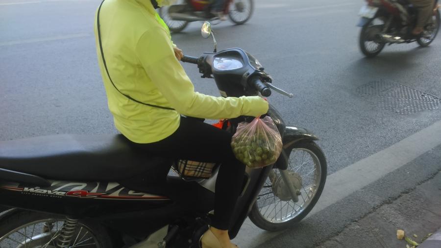 2 kg sấu non, giá 100.000 đồng, người phụ nữ này nhanh tay mua vì tin đây là sấu vừa trẩy trên cây