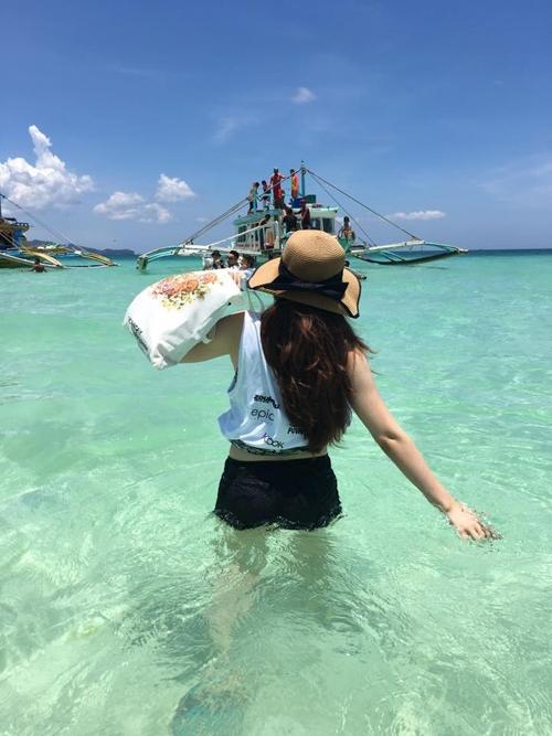 - Nên cầm theo Go pro để quay chụp ảnh dưới nước vì kinh nghiệm của mình các loại túi hầu như không chống nước để bạn có thể thoải mái bơi lội được. Nên cầm theo tha hồ quần áo đẹp, đồ bơi đẹp vì giơ máy lên là bạn có thể có ngay những bức ảnh thần thánh.