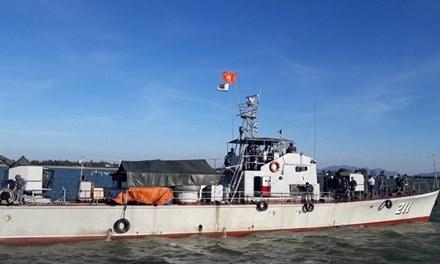 Tàu 211 thuộc Hải đội 137 vùng 1 Hải quân chở nhu yếu phẩm tiếp tế các đơn vị tìm kiếm trên biển Nghệ An. Ảnh: Cảnh Huệ.