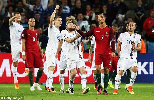 Mắng đối thủ như hát hay, Ronaldo nhận cái kết bất ngờ - Ảnh 1.