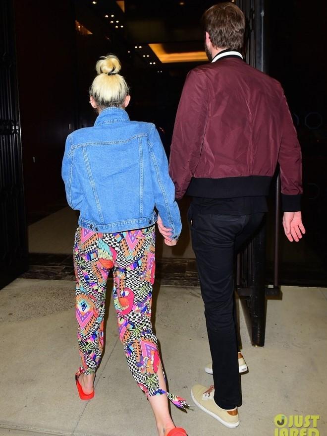 Miley Cyrus va Liam Hemsworth tay trong tay sau tin sap cuoi hinh anh 2