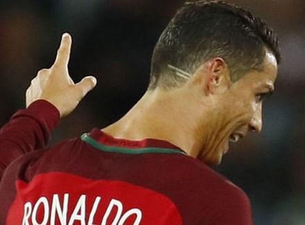 Ronaldo để kiểu tóc mới có 2 vạch sau đầu để ủng hộ cậu bé bị ung thư. (Nguồn: AP)