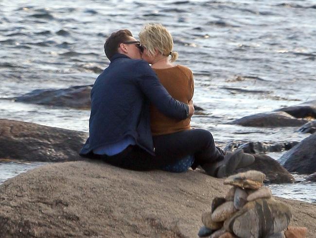 Calvin xóa hết ảnh, bỏ theo dõi Taylor Swift sau khi cô lộ ảnh hôn Tom Hiddleston - Ảnh 1.