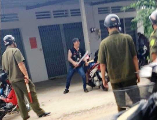 Dương Hoài Phong bị công an khống chế khi đang cầm mã tấu chém người