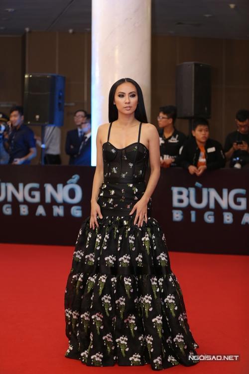 Huyền Ny diện váy hai dây thiết kế trên chất liệu vải xuyên thấu.
