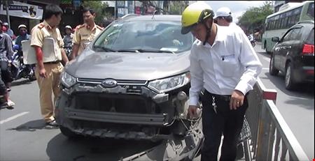 Gây tai nạn, nữ tài xế cố thủ trong xe - Ảnh 1.