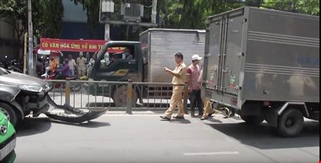 Gây tai nạn, nữ tài xế cố thủ trong xe - Ảnh 2.