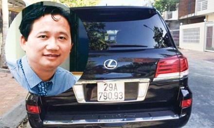 Ông Trịnh Xuân Thanh và chiếc xe Lexus ông mượn rồi được đổi biển xanh. Ảnh: TL.