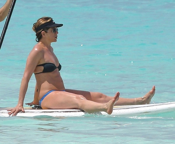 jennifer-aniston-lo-bung-to-bi-don-mang-bau-o-tuoi-47-9