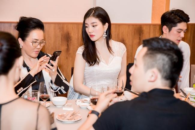 Ngọc Trinh diện cây trắng, tự tin đọ sắc bên hai Hoa hậu Hàn Quốc và Trung Quốc - Ảnh 4.