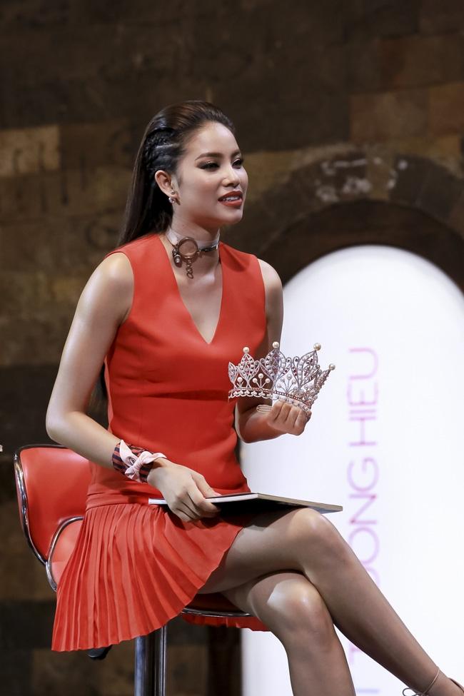 Phạm Hương đem vương miện Hoa hậu Hoàn vũ ra lôi kéo thí sinh - Ảnh 2.