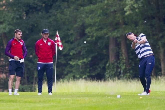 Rooney bi bat qua tang te bay hinh anh 7