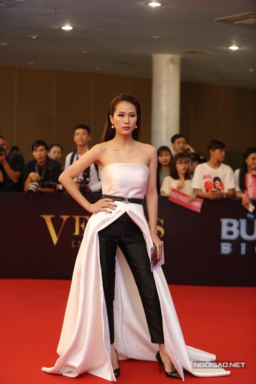 Thái Hà sexy với trang phục đầy cá tính.