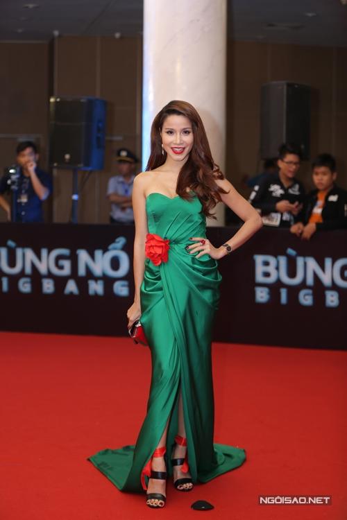 Diễn viên, người mẫu Thanh Trúc nổi bật với váy lụa xanh.