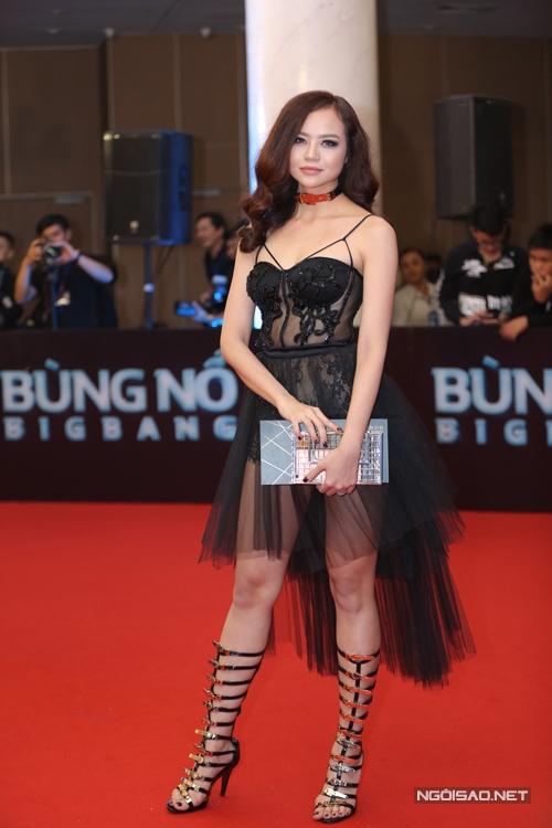 Kiều Ngân cũng chọn váy hở táo bạo để giúp mình nổi bật hơn.