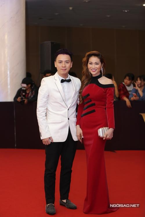Nhà thiết kế Văn Thành Công tham dự chương trình cùng một người bạn.