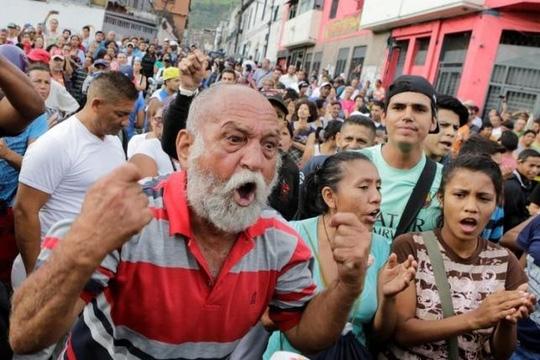 Người dân biểu tình đòi lương thực gần phủ tổng thống Venezuela hôm 14-6. Ảnh: Reuters