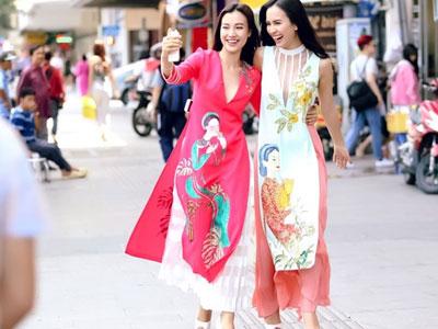 Hoàng Oanh - Ái Phương diện trang phục lạ mắt dạo phố