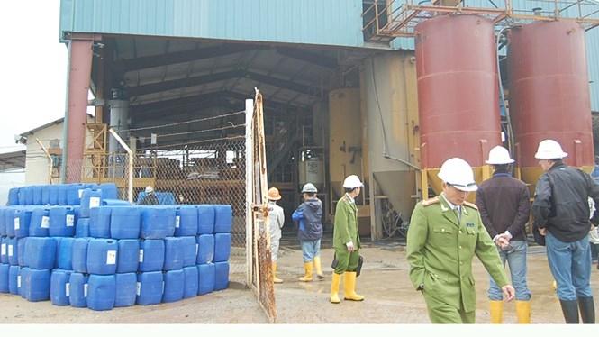 Lực lượng chức năng kiểm tra kho hóa chất của Công ty vàng Bồng Miêu.  /// Ảnh: C.T.V