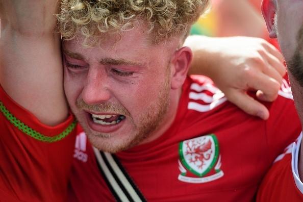 CDV Wales khoc ngat, nguoi Anh phat cuong sau chien thang hinh anh 6