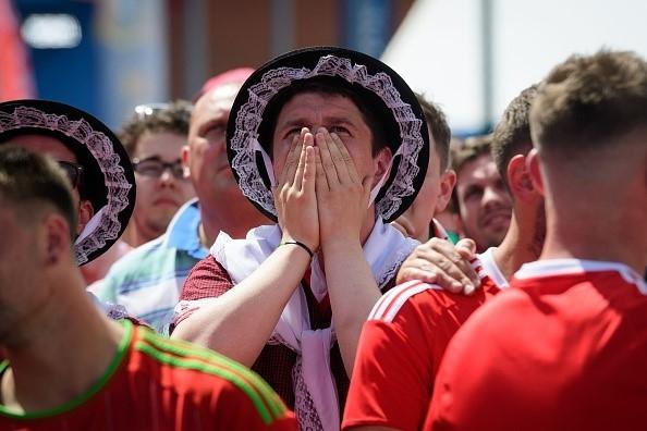 CDV Wales khoc ngat, nguoi Anh phat cuong sau chien thang hinh anh 7
