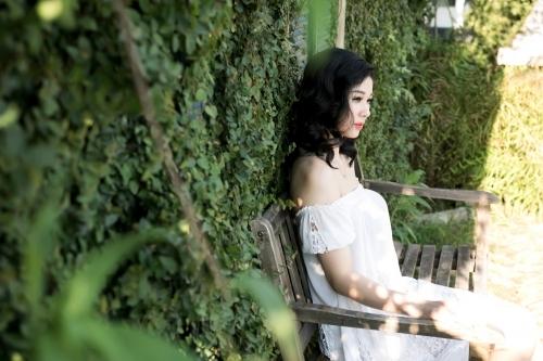 Chân dài Hà thành gợi cảm trong áo trễ vai sexy giữa ngày hè - Ảnh 1