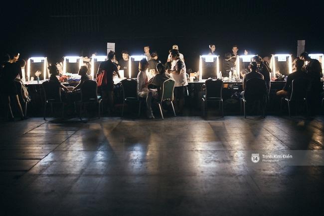 Đêm hội Chân dài 10: Những khoảnh khắc sáng nhất trong bóng tối hậu trường - Ảnh 1.