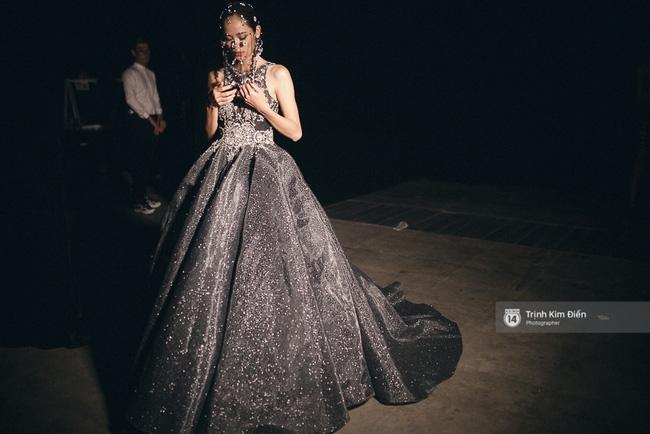 Đêm hội Chân dài 10: Những khoảnh khắc sáng nhất trong bóng tối hậu trường - Ảnh 15.