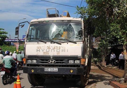 Hai xe cẩu không người lái tông sập quán nước