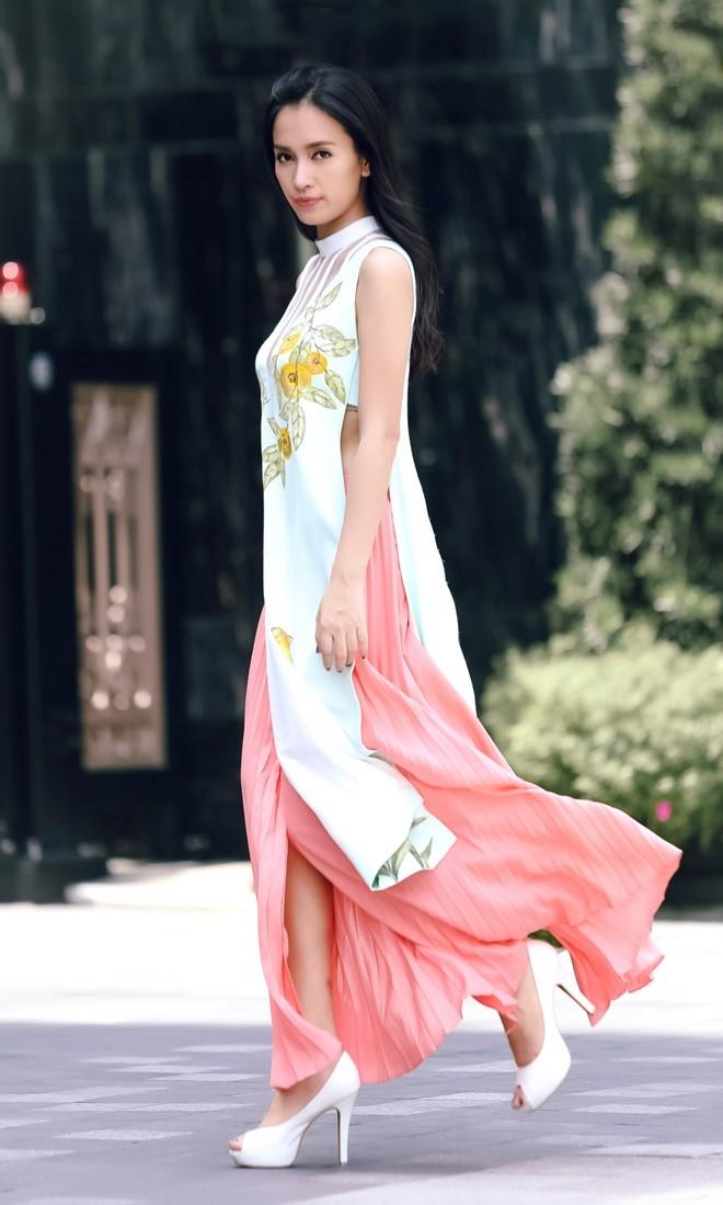 Hoang Oanh - Ai Phuong dien trang phuc la mat dao pho hinh anh 9
