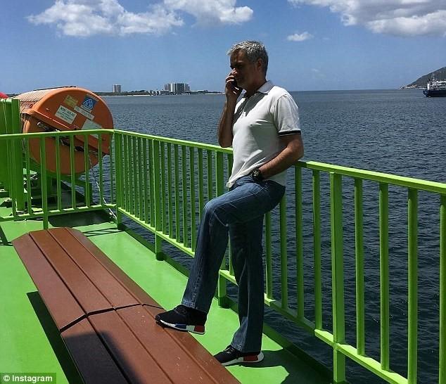 Lo cho MU, Mourinho tich cuc lam viec trong ky nghi hinh anh 1