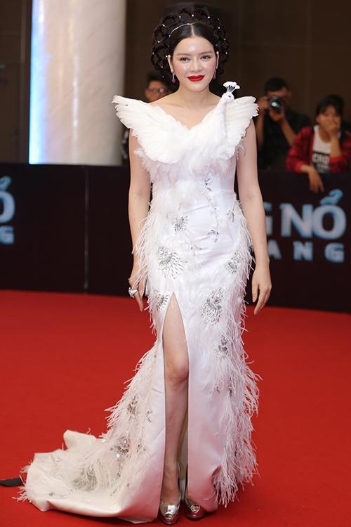 Lý Nhã Kỳ mặc đẹp nhất 'Đêm hội chân dài' với váy thiên nga